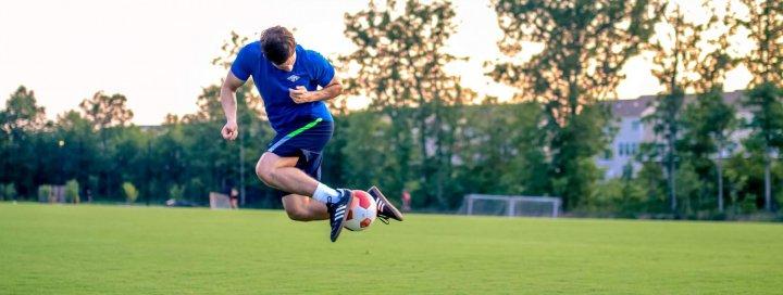 knie pijn voetbal blessure